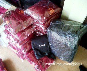 http://bikinkaosbandung.files.wordpress.com/2011/04/hoodie2bjaket2bdan2btas2bselempang.jpg?w=300